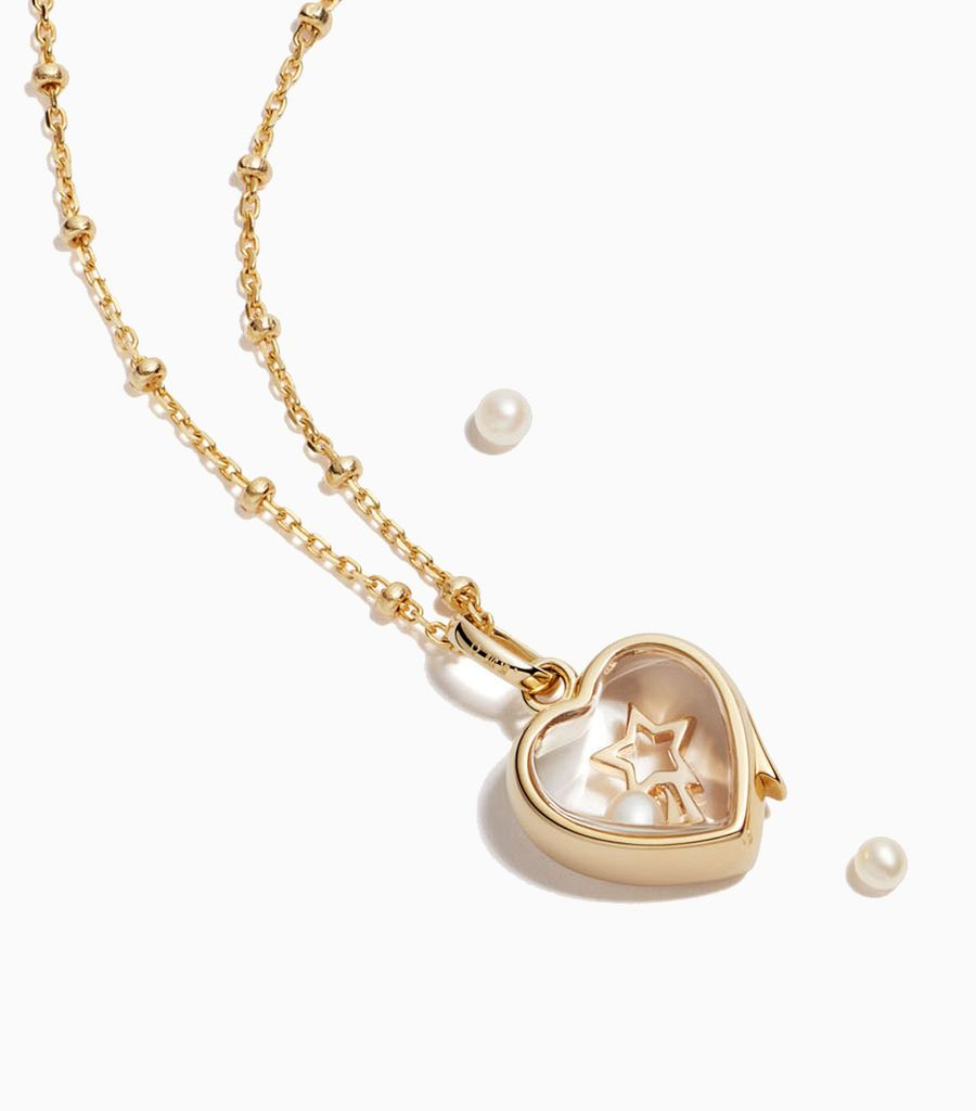 9carat yellow gold, heart shaped locket, set with a bevel edged, crystal glass front and a flat crystal glass back. The locket is designed with a side hindge for secure fastening and has a 12mm drop and a 11mm width